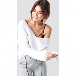 Pamela x NA-KD Sweter V-Neck Knitted - White. Białe swetry damskie Pamela x NA-KD, z dekoltem na plecach. Za 121.95 zł.
