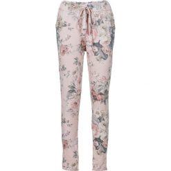 Spodnie dresowe z nadrukiem bonprix jasnoróżowy z nadrukiem. Spodnie dresowe damskie marki bonprix. Za 59.99 zł.