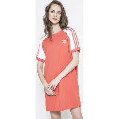 Adidas Originals - Sukienka. Różowe sukienki damskie adidas Originals, z aplikacjami, z dzianiny, casualowe, z okrągłym kołnierzem, z krótkim rękawem. W wyprzedaży za 199.90 zł.