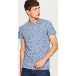 T-shirt we wzory - Niebieski. Niebieskie t-shirty męskie Reserved. W wyprzedaży za 24.99 zł.