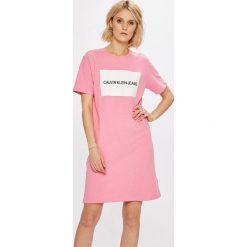 Calvin Klein Jeans - Sukienka. Różowe sukienki damskie Calvin Klein Jeans, z nadrukiem, z bawełny, casualowe, z okrągłym kołnierzem, z krótkim rękawem. W wyprzedaży za 219.90 zł.