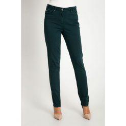 Proste zielone spodnie z regularnym stanem QUIOSQUE. Zielone spodnie materiałowe damskie QUIOSQUE, w paski, z bawełny. W wyprzedaży za 119.99 zł.
