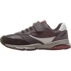 """Sneakersy """"Bernie"""" w kolorze szarym. Szare trampki i tenisówki chłopięce Geox Kids, z gumy. W wyprzedaży za 125.95 zł."""