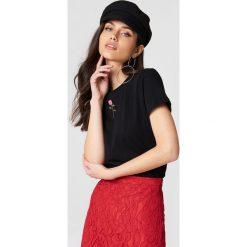 NA-KD T-shirt z haftowaną różą - Black. Czarne t-shirty damskie NA-KD, z haftami, z bawełny, z klasycznym kołnierzykiem. Za 40.95 zł.