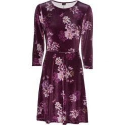 Sukienka aksamitna w kwiatowy deseń bonprix jeżynowy w kwiaty. Fioletowe sukienki damskie bonprix, w kwiaty, z okrągłym kołnierzem, z długim rękawem. Za 149.99 zł.