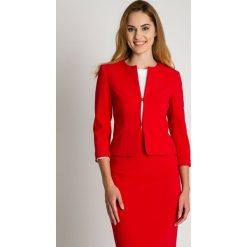 Krótki czerwony żakiet zapinany na haftkę BIALCON. Czerwone żakiety damskie BIALCON, z haftami, biznesowe. Za 269.00 zł.