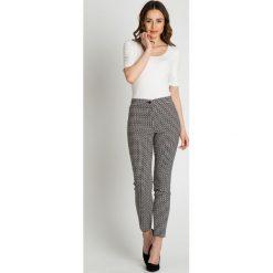 Wzorzyste spodnie w kant BIALCON. Białe spodnie materiałowe damskie BIALCON, ze skóry. W wyprzedaży za 169.00 zł.