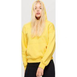 Bluza hoodie z napisem - Żółty. Żółte bluzy damskie Cropp, z napisami. Za 69.99 zł.