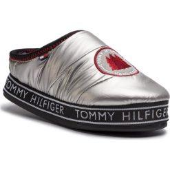 Kapcie TOMMY HILFIGER - Downslipper Patch FW0FW04182 Silver 000. Szare kapcie damskie Tommy Hilfiger, z materiału. Za 229.00 zł.
