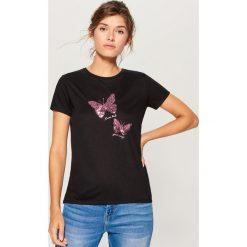 Koszulka z połyskującym nadrukiem - Czarny. Czarne t-shirty damskie Mohito, z nadrukiem. Za 69.99 zł.