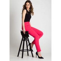 Klasyczne spodnie w kant w kolorze koralowym BIALCON. Pomarańczowe spodnie materiałowe damskie BIALCON, z tkaniny. Za 189.00 zł.